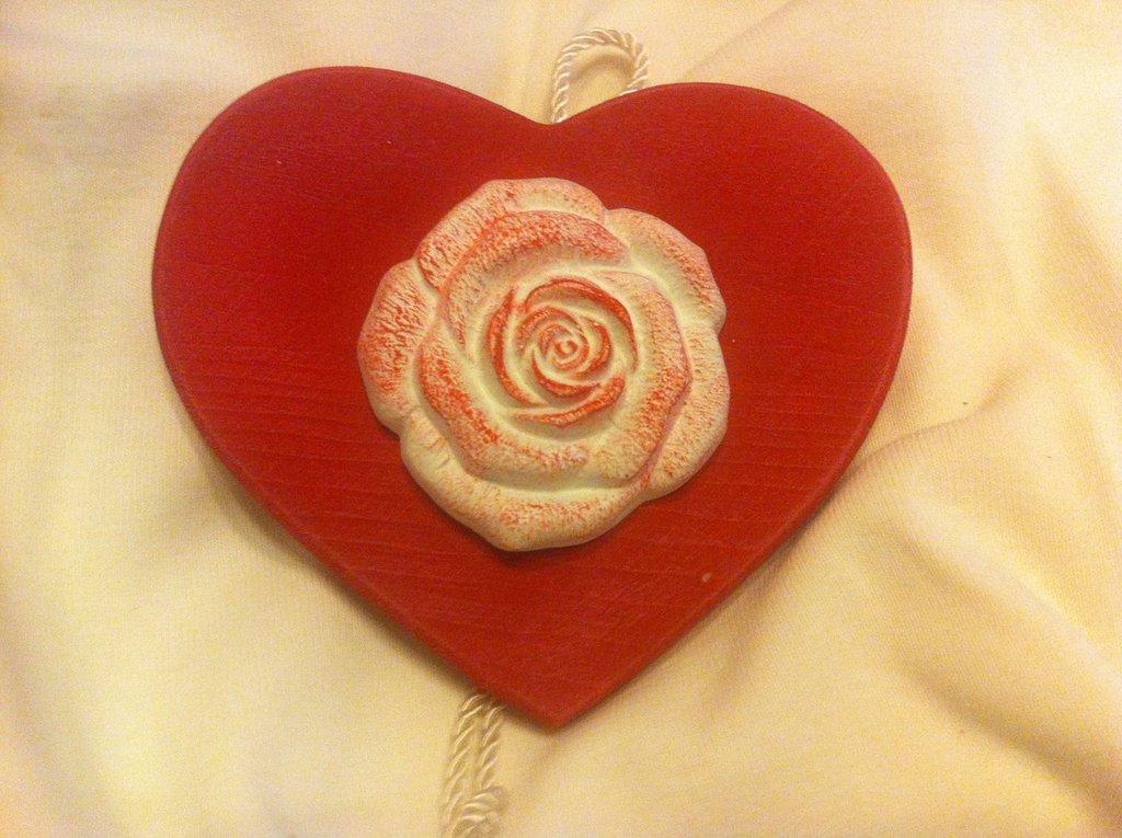 Decorazione Shabby-Chic: cuore di gesso colorato su legno. Idea regalo, decorazione o bomboniera.