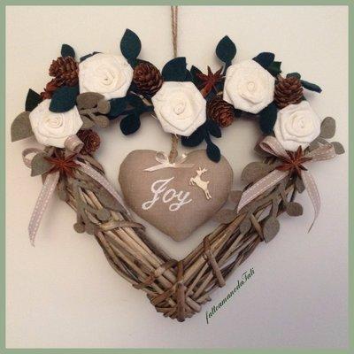 Cuore di vimini con rose di lino bianco e cuore joy