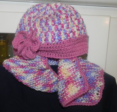 Cappellino e sciarpetta triangolo fatti a mano