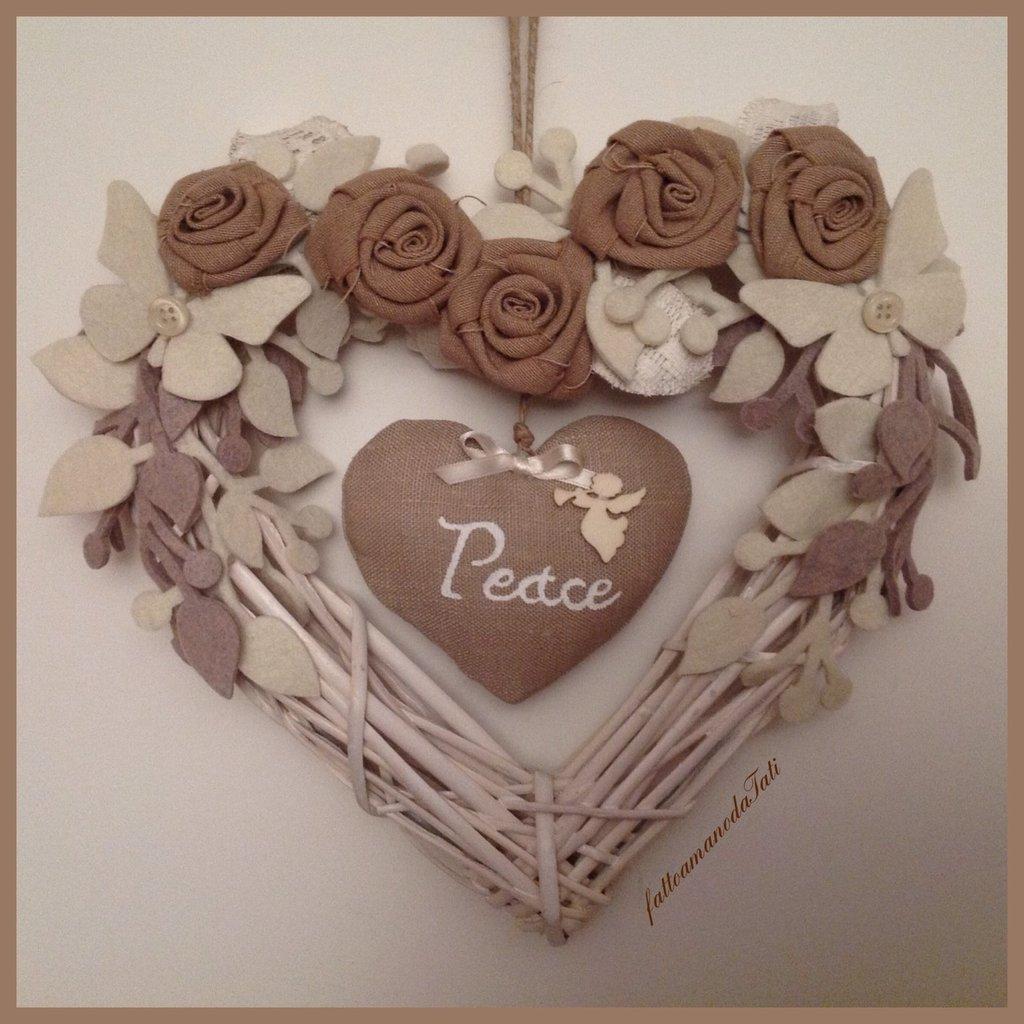 Cuore di vimini bianco con rose ecrù e cuore peace