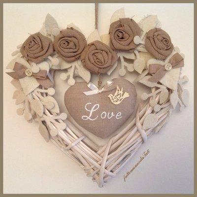Cuore di vimini bianco con rose ecrù e cuore love