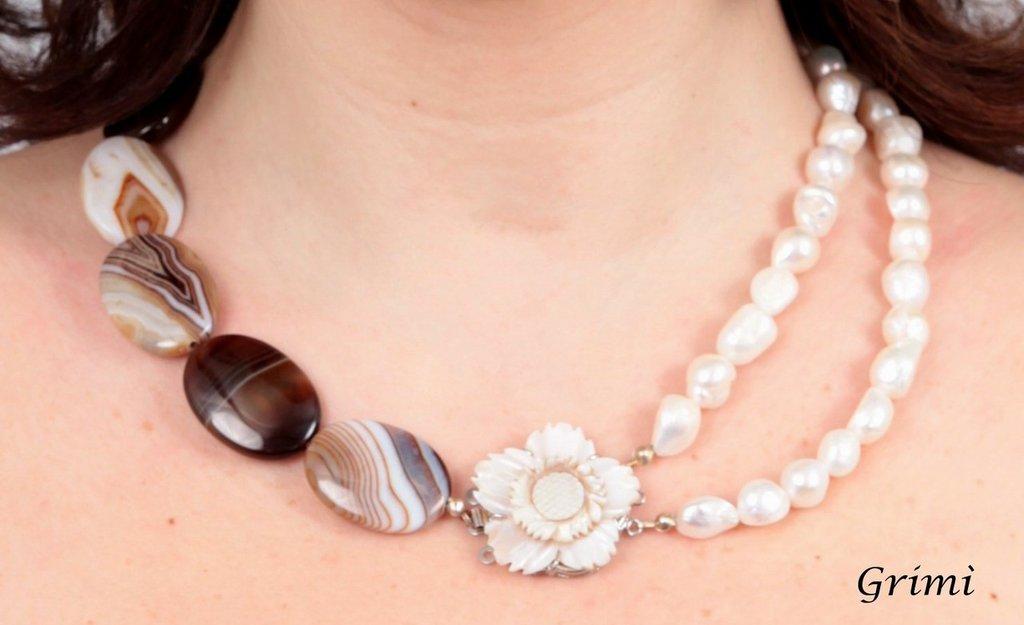 Collana con agata caffè, perle e chiusura con fiore in madreperla