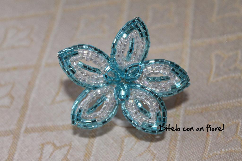 Piccolo fiore in canottiglia trasparente e azzurra