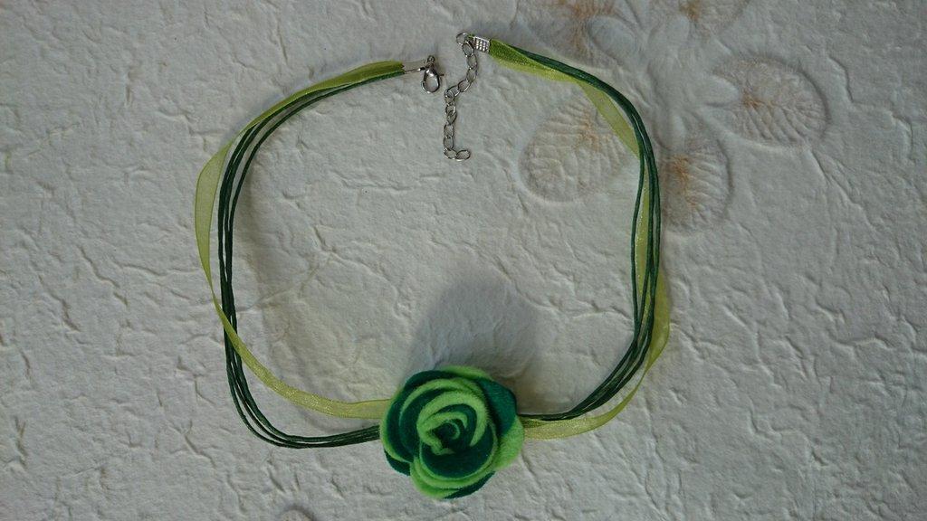 Collana di fiore di feltro fatta a mano