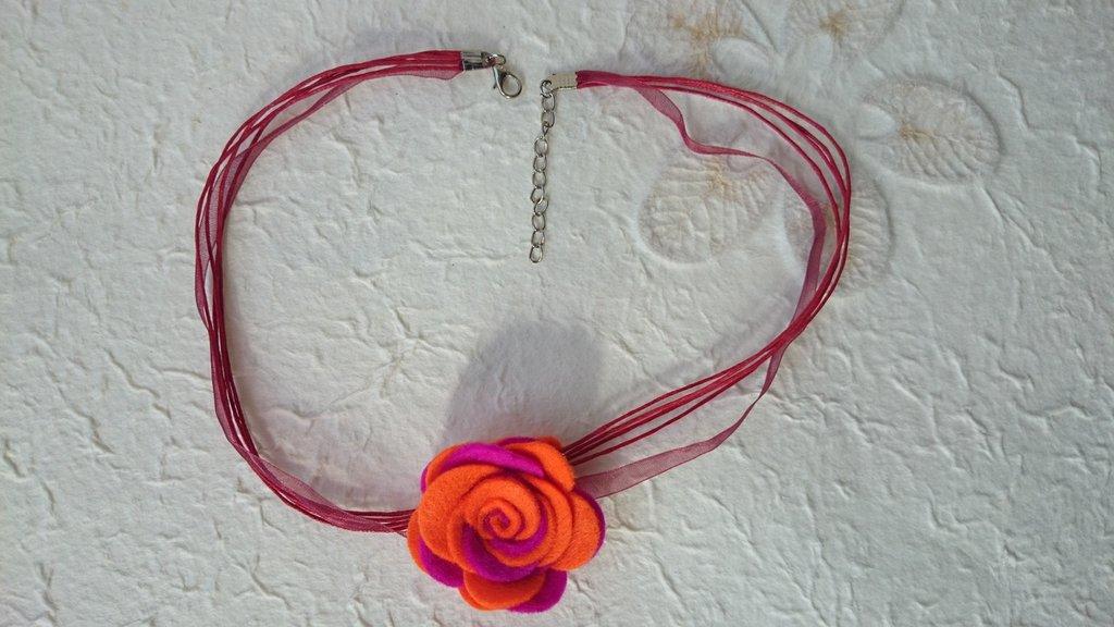 Collana con rosa di feltro fatta a mano