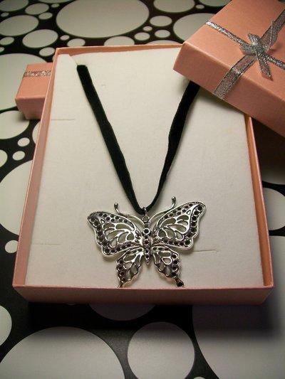 Ciondolo Farfalla Pendente Lavorato Colore Argento Antico Cordoncino Velluto Nero Senza Nichel