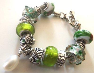 Bracciale con base in metallo,perle verdi  a foro largo , elementi in argento tibetano,ciondolo perla di fiume bianca idea regalo