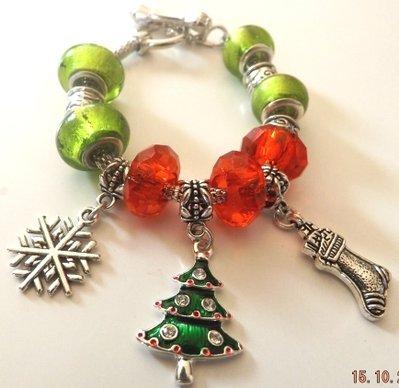 Bracciale con base in metallo,perle verdi e rosse,ciondoli natalizi con albero con strass,calzetta e fiocco di neve idea regalo