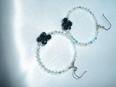 orecchini cerchio in argento e cristalli Swarovski nero e bianco aurora boreale.