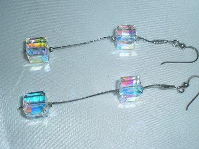 orecchini cubetto in cristallo Swarovski colore bianco AB con monachina e cobra in argento