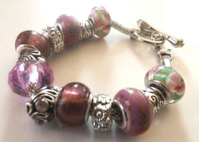 Bracciale con base in metallo,perle nei toni del viola e lilla  a foro largo ed elementi in argento tibetano idea regalo