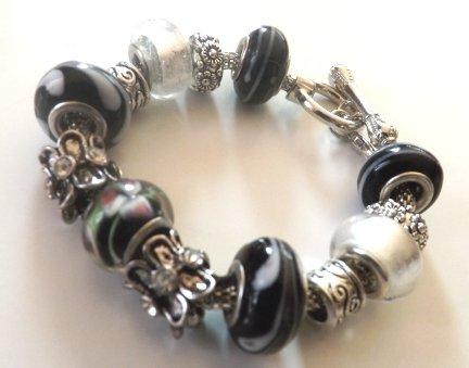 Bracciale con base in metallo,perle bianche e nere a foro largo ed elementi in argento tibetano idea regalo
