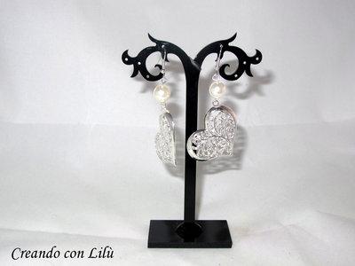 orecchini ciondoli cuori in metallo con perla bianca