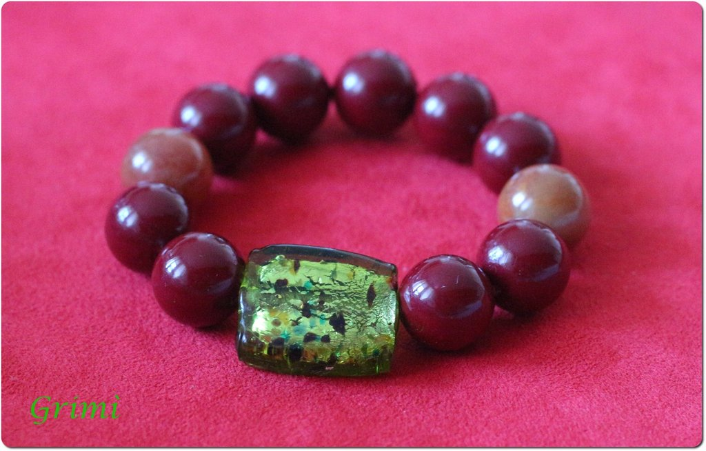 Bracciale elastico con vetro di Murano verde, giada e cellulosa bordeaux