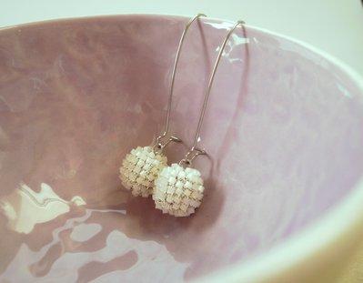 orecchini pendenti, con perlina di vetro lavorata ad uncinetto