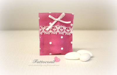 sacchetto fucsia a pois ideale come  bomboniera per il tuo evento del cuore