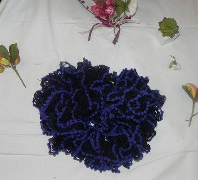 Sciarpa handmade filato volant nero con piccoli pon pon blu elettrico