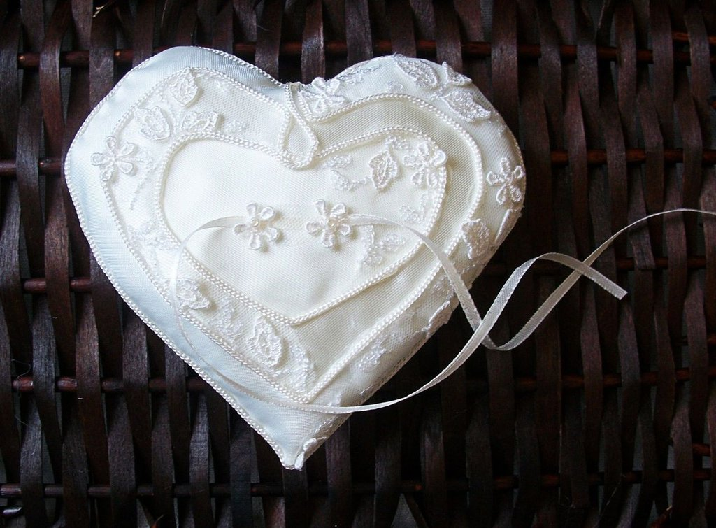 PORTAFEDI bianco-panna a forma di cuore