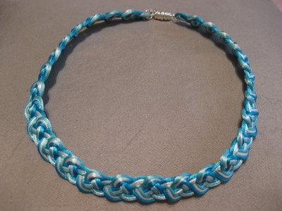 Collana girocollo celtica fatta a mano in satin azzurro,bianco e turchese