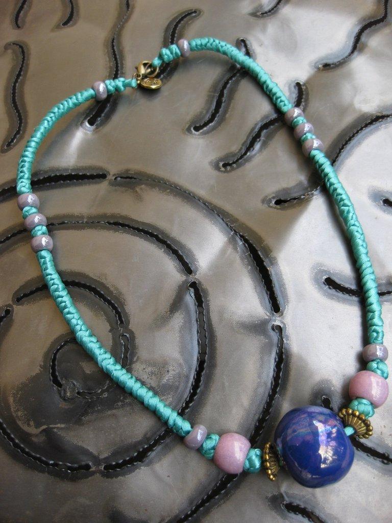 Collana orientale in satin verde smeraldo fatta a mano