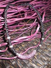 Collana girocollo con nodi orientali in satin nero ed inserti fucsia
