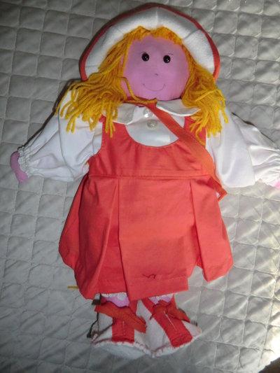 Bambola imbottita in stoffa cotone, borsetta e cappello lavorta a mano