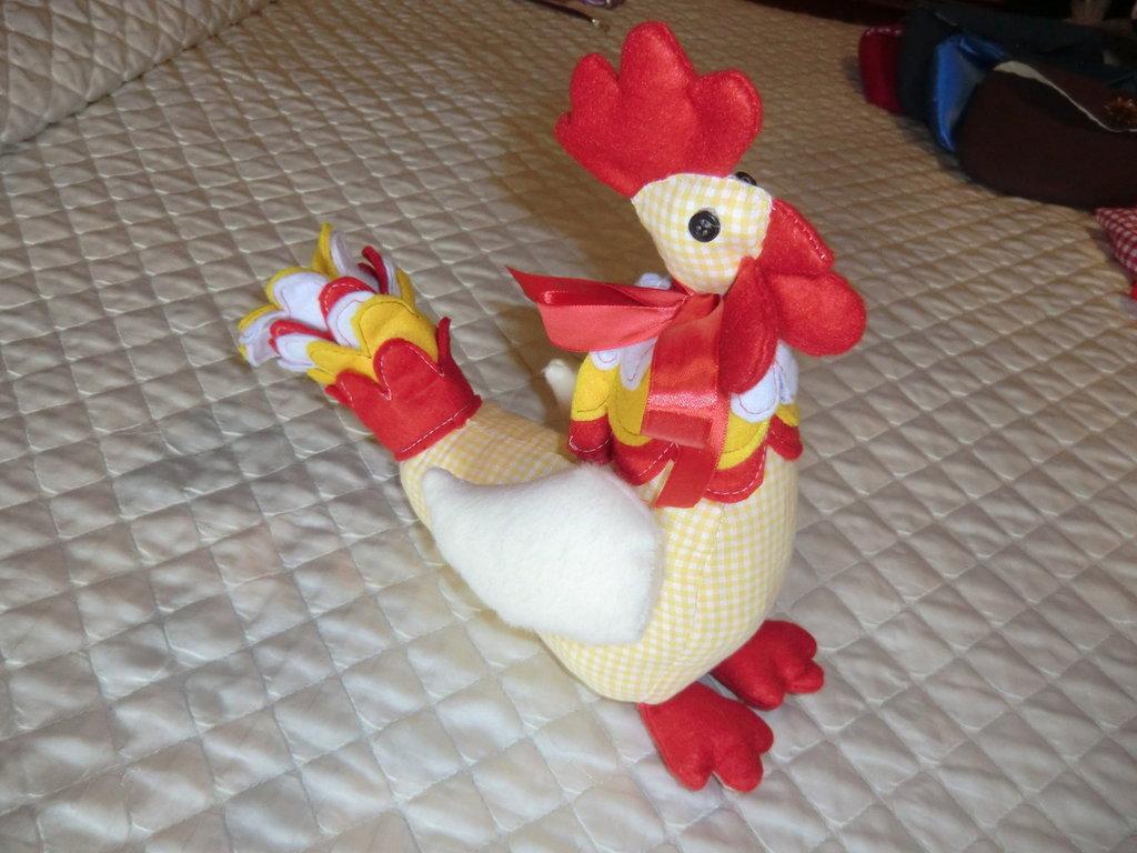 Pupazzo gallo in tessuto cotone e feltro imbottito dona colore e vivacità al vostro letto o stanza