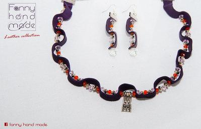 Collana e orecchini – parure in pelle viola scamosciata con perle di vetro arancioni e bianche