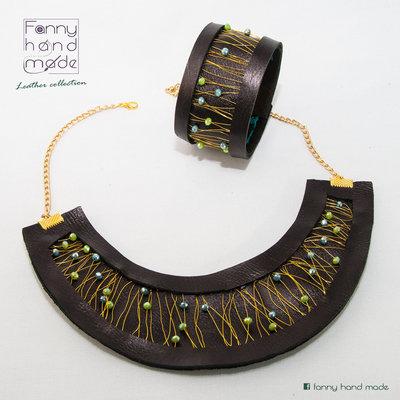 Parure collana con bracciale in cuoio nero con decorazione wire con perle di vetro verdi.