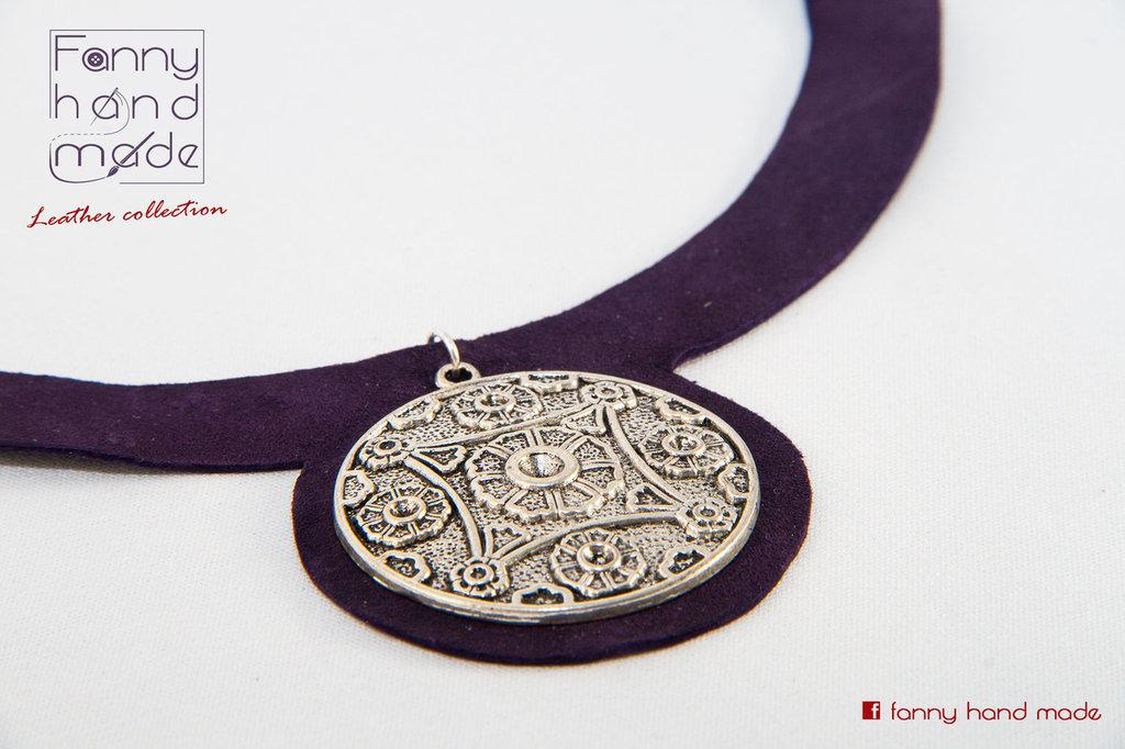 Collana in stile etnico con ciondolo in metallo