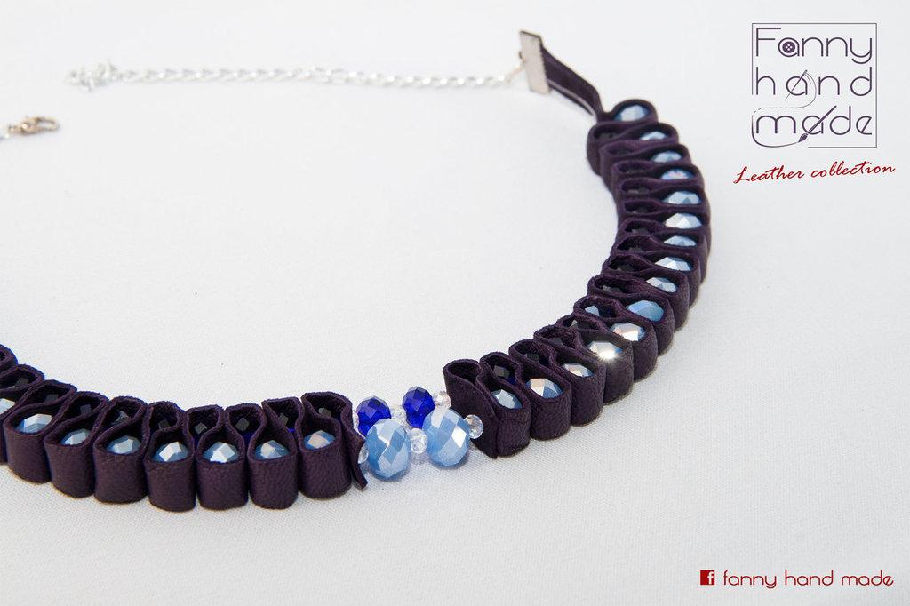 Collier girocollo con perle di vetro azzurre e blu avvolte a zig zag in pelle viola