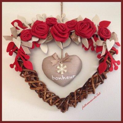 Cuore di rametti intrecciati , rose rosse e cuore bonheur