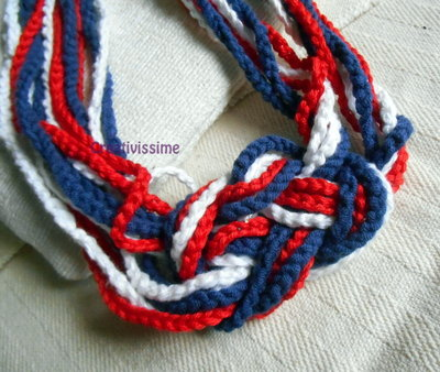 Collana uncinetto fatto a mano rossa blu e bianca