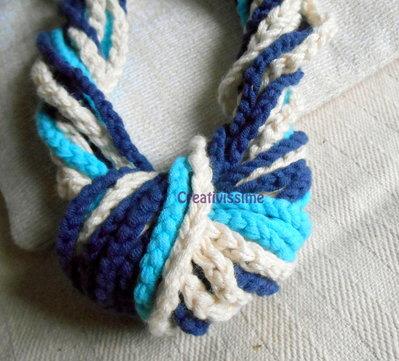 Collana all'uncinetto a cuore fatta a mano azzurro, panna e blu