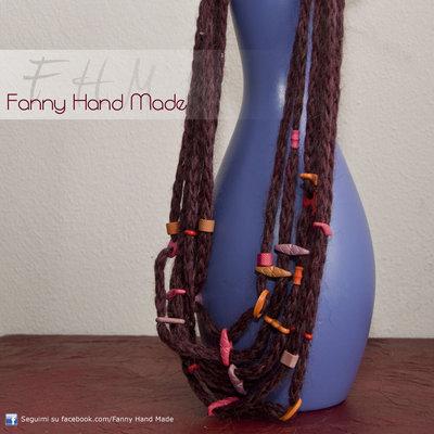 Collana di lana lunga con perline colorate