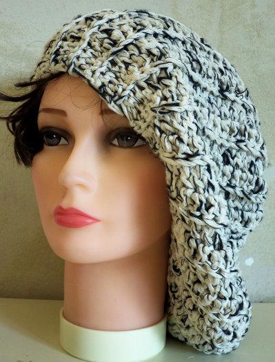 Cappello in lana lavorato all'uncinetto