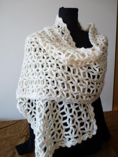 Stola in lana realizzata all'uncinetto