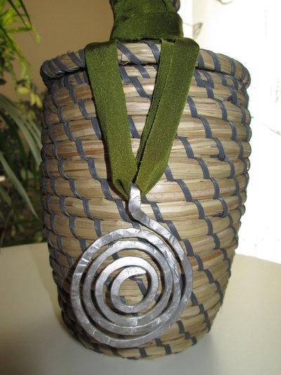 Collana spirale in alluminio e passamaneria