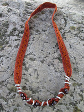 Collana in passamaneria ricamata, filo di alluminio battuto e modellato e perle con filo di rame