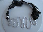 Collana in alluminio e passamaneria in pizzo nero con applicazione di perle di fiume intrecciate con filo di rame