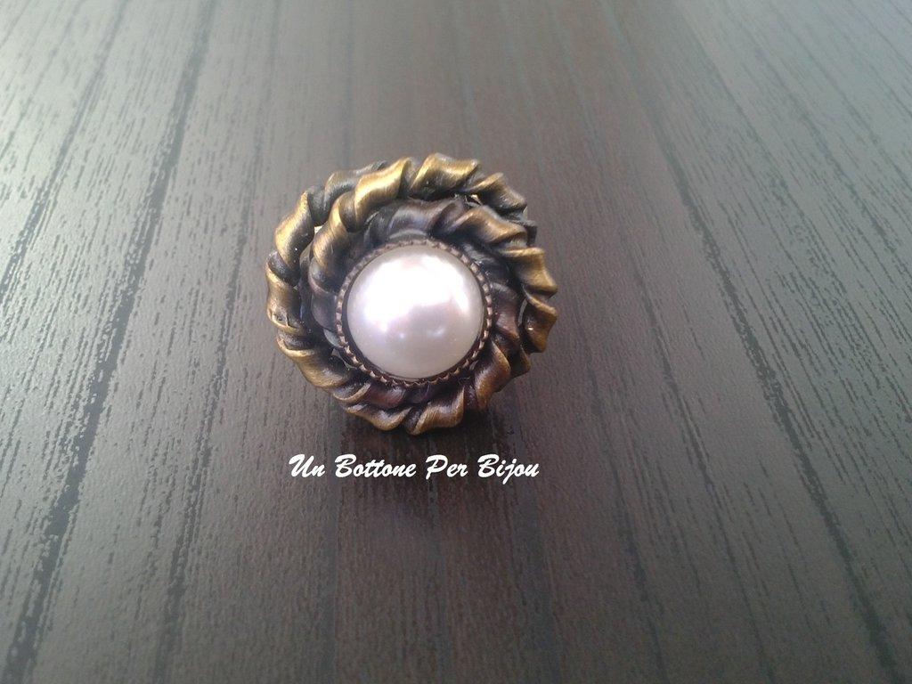 Anello con bottone vintage anni '50/'60  in metallo brunito e perla