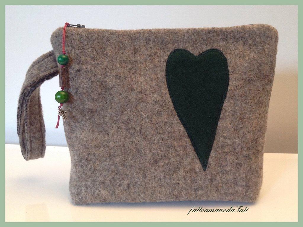 Pochette in lana cotta con cuore in panno verde