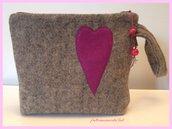 Pochette in lana cotta con cuore in panno fuxia