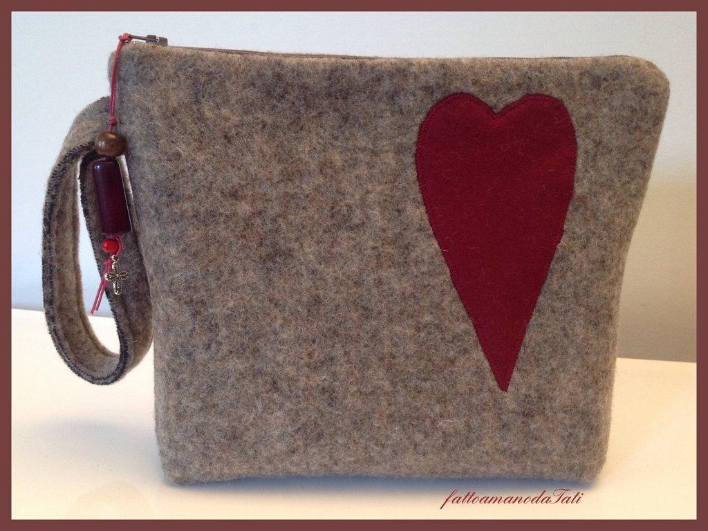 Pochette in lana cotta con cuore di panno bordò