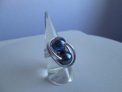 Anello in alluminio naturale con sfere blu cangiante