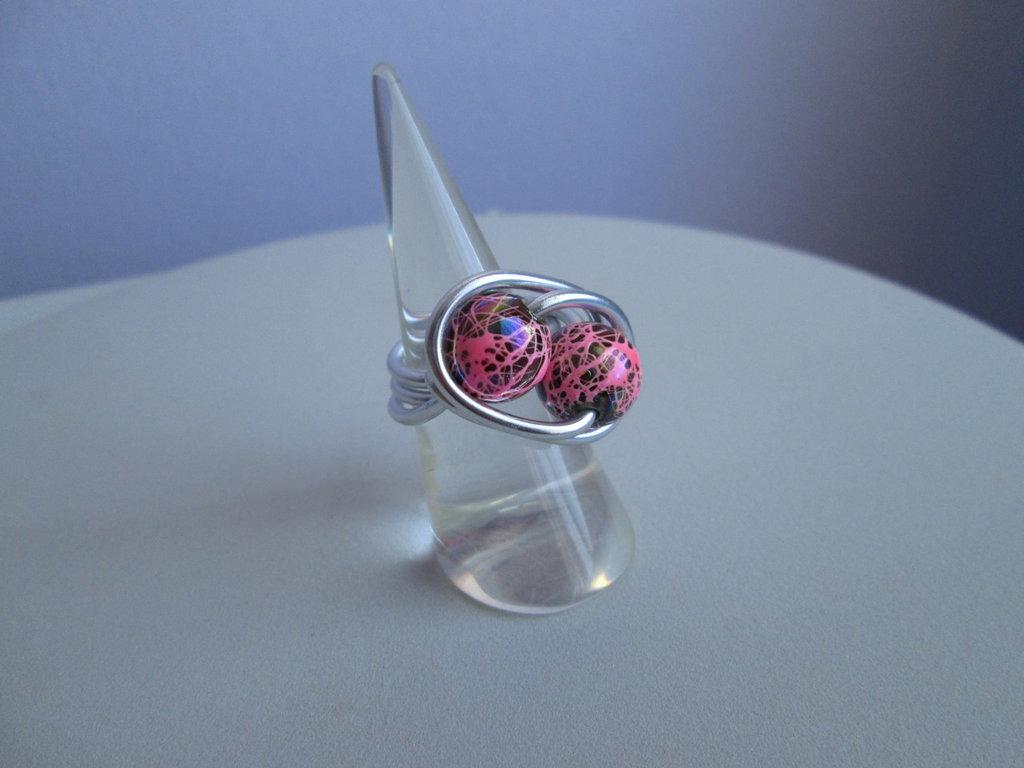 Anello in alluminio con sfere rosa cangiante