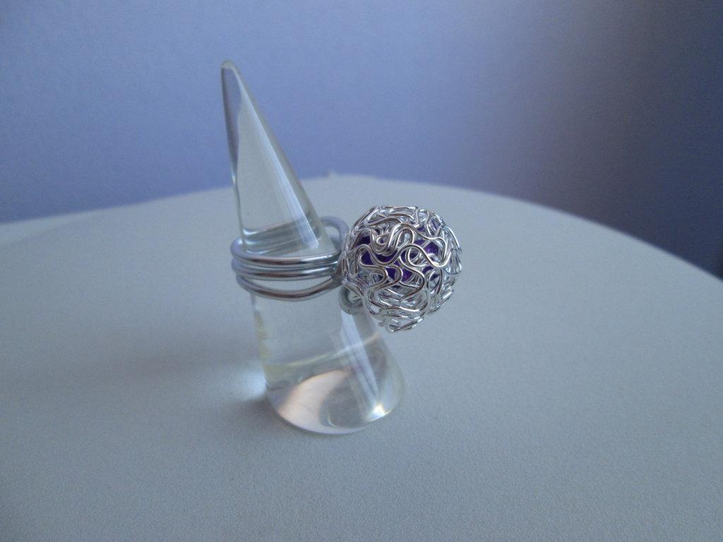 Anello in alluminio con sfera metallica e pietre rosse