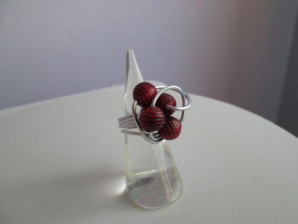 Anello in alluminio con piccole sfere rosse a righe nere