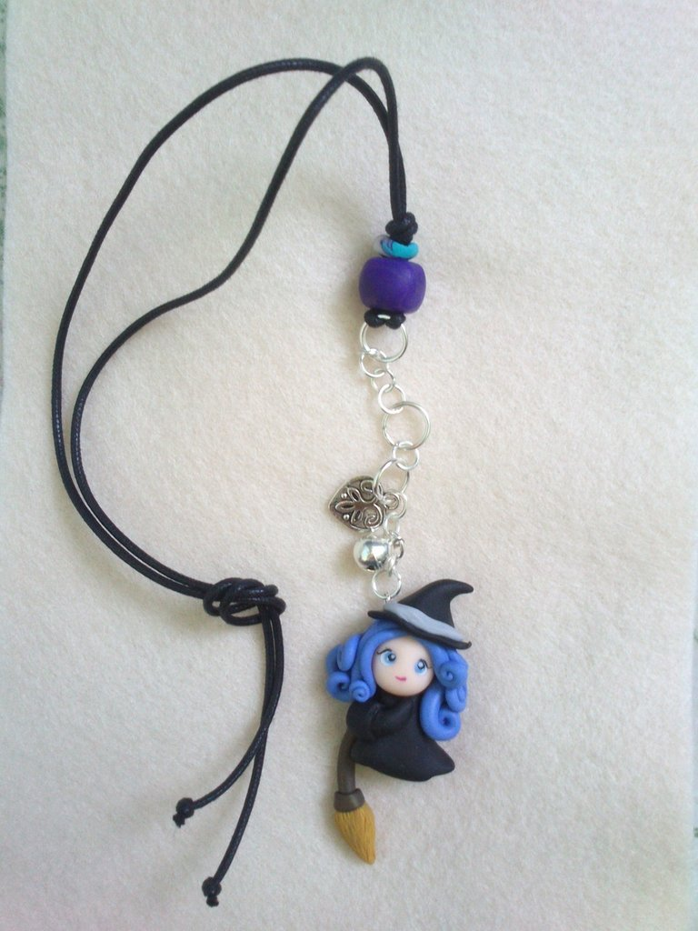 Collana a ciondolo - Violet streghina portafortuna su scopa con campanellino