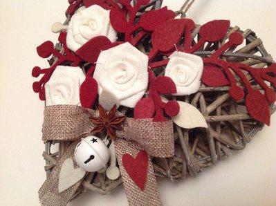 Cuore di vimini con rose di lino bianche e rametti di - Cuore da appendere alla porta ...